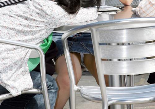 """【盗撮エロ】手に持ったスマホでテーブルの下からこっそり隠し撮りしている""""パンチラ盗撮""""のエロ画像・7枚目"""