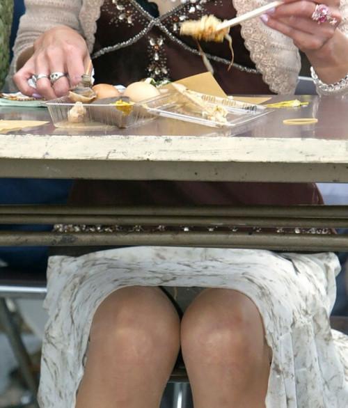 """【盗撮エロ】手に持ったスマホでテーブルの下からこっそり隠し撮りしている""""パンチラ盗撮""""のエロ画像・30枚目"""