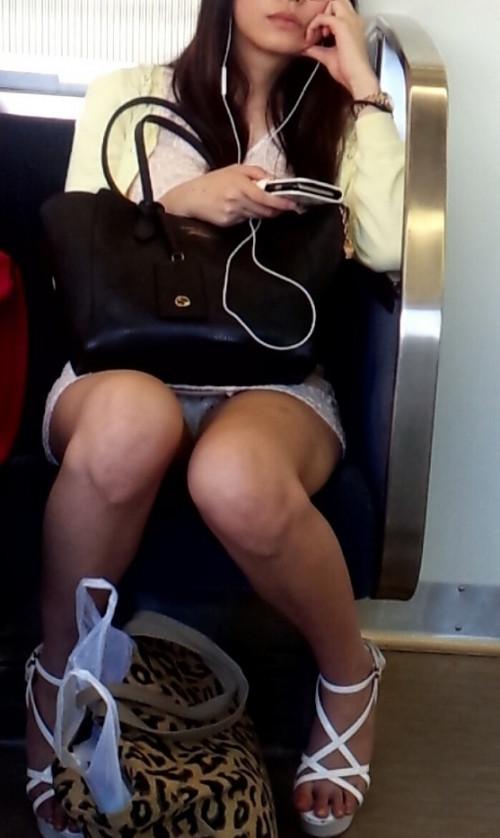 【電車盗撮】ミニスカートで電車乗るまんさん、対面の席からガッツリパンツ盗撮されてしまう・・・・(画像30枚)・1枚目