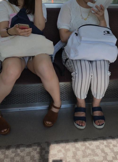【電車盗撮】ミニスカートで電車乗るまんさん、対面の席からガッツリパンツ盗撮されてしまう・・・・(画像30枚)・2枚目