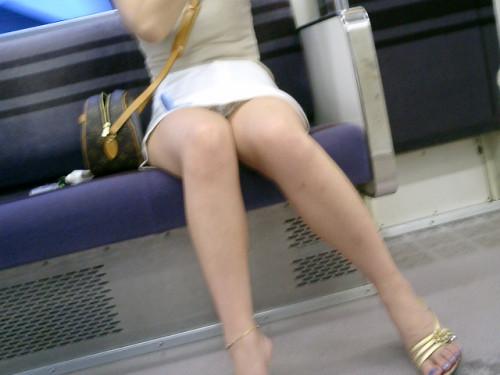【電車盗撮】ミニスカートで電車乗るまんさん、対面の席からガッツリパンツ盗撮されてしまう・・・・(画像30枚)・13枚目