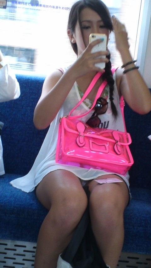 【電車盗撮】ミニスカートで電車乗るまんさん、対面の席からガッツリパンツ盗撮されてしまう・・・・(画像30枚)・23枚目