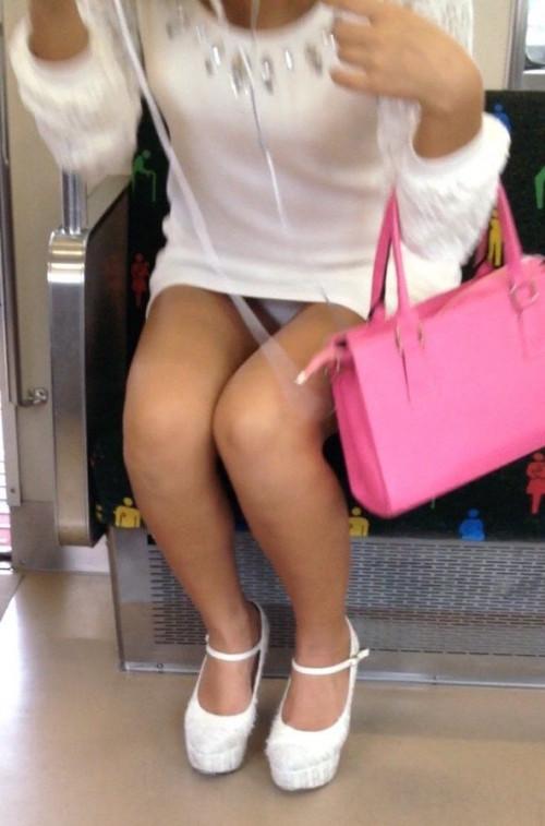【電車盗撮】ミニスカートで電車乗るまんさん、対面の席からガッツリパンツ盗撮されてしまう・・・・(画像30枚)・24枚目