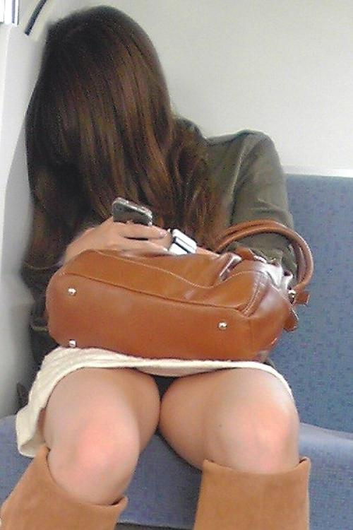 【電車盗撮】ミニスカートで電車乗るまんさん、対面の席からガッツリパンツ盗撮されてしまう・・・・(画像30枚)・27枚目