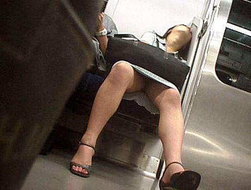 【電車盗撮】ミニスカートで電車乗るまんさん、対面の席からガッツリパンツ盗撮されてしまう・・・・(画像30枚)・28枚目