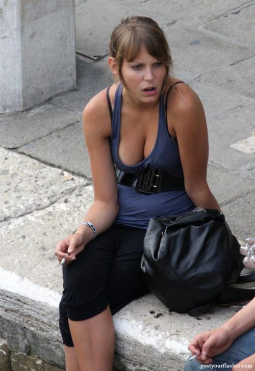 """【爆乳盗撮】海外の街角では見慣れた普通の光景、異次元のおっぱいで街を闊歩する""""爆乳外国人""""の街撮りエロ画像・1枚目"""