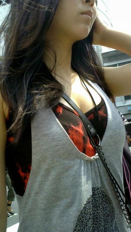 """【街撮りパイスラ】鞄を斜めがけにしておっぱい強調してる""""パイスラ女子""""の盗撮エロ画像(40枚)・16枚目"""