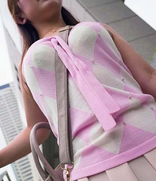 """【街撮りパイスラ】鞄を斜めがけにしておっぱい強調してる""""パイスラ女子""""の盗撮エロ画像(40枚)・17枚目"""