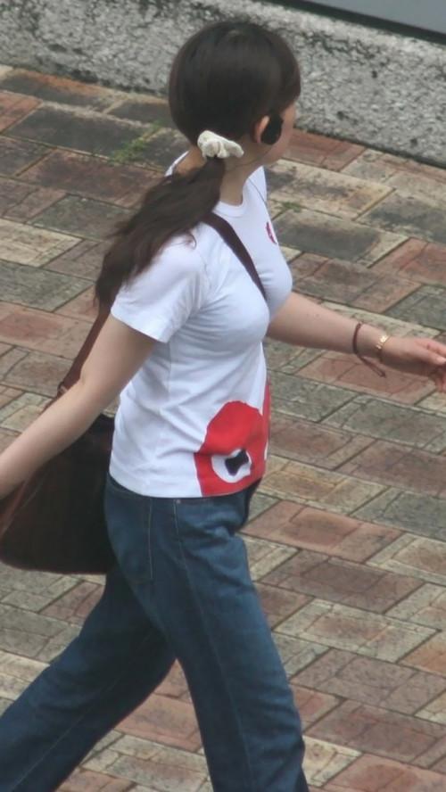 """【街撮りパイスラ】鞄を斜めがけにしておっぱい強調してる""""パイスラ女子""""の盗撮エロ画像(40枚)・26枚目"""