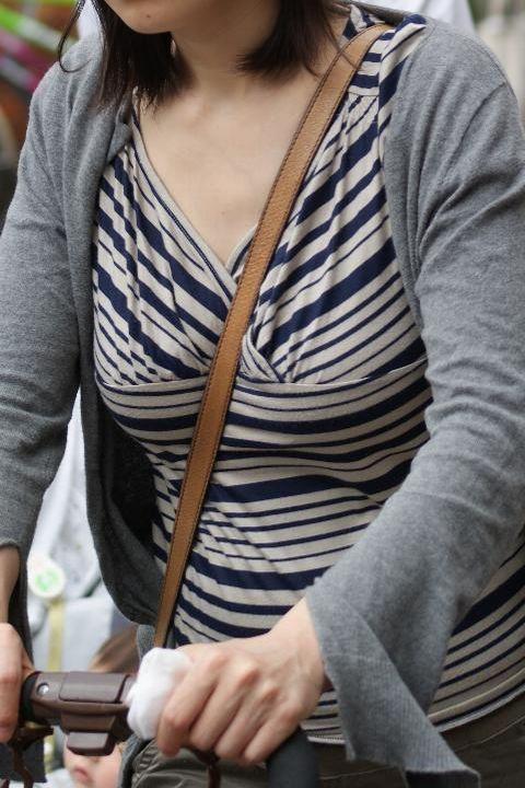 """【街撮りパイスラ】鞄を斜めがけにしておっぱい強調してる""""パイスラ女子""""の盗撮エロ画像(40枚)・31枚目"""