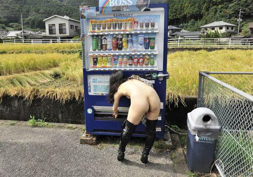 """【露出エロ】暖かくなる頃に田舎に出没しがちな""""自販機前露出女子""""のエロ画像"""