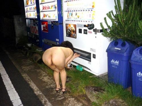 """【露出エロ】暖かくなる頃に田舎に出没しがちな""""自販機前露出女子""""のエロ画像・1枚目"""