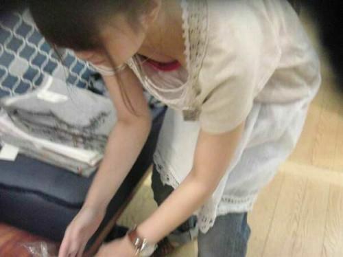 【胸チラ店員】前かがみになりがちなアパレル店員さんの谷間をガッツリ盗撮してるエロ画像(38枚)・7枚目