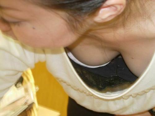 【胸チラ店員】前かがみになりがちなアパレル店員さんの谷間をガッツリ盗撮してるエロ画像(38枚)・16枚目