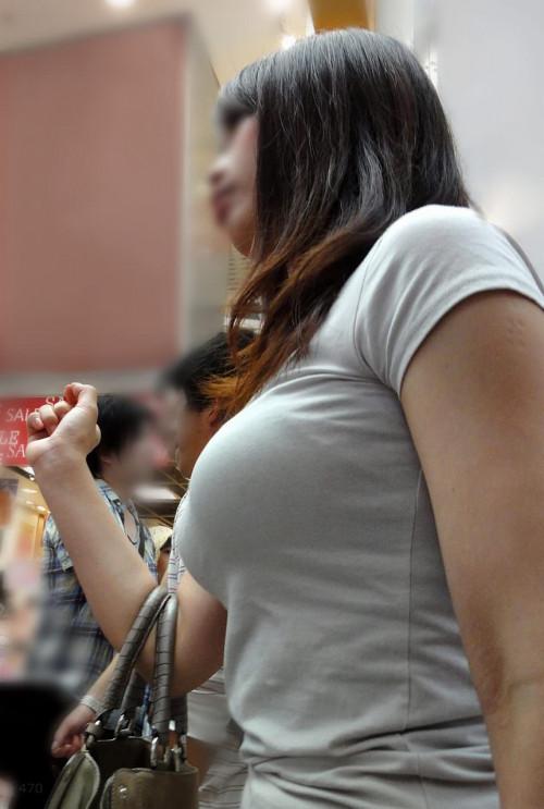 """【着衣巨乳】街で見かけた服の下のどデカイおっぱいを隠しきれてない""""着衣おっぱい""""の盗撮エロ画像・1枚目"""