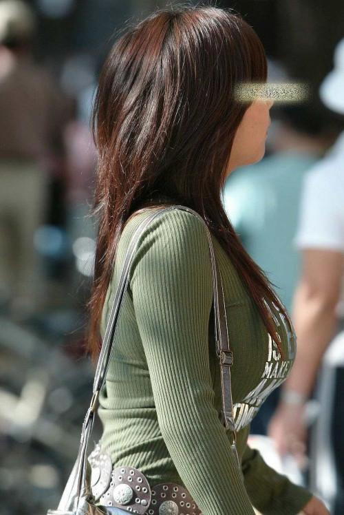 """【着衣巨乳】街で見かけた服の下のどデカイおっぱいを隠しきれてない""""着衣おっぱい""""の盗撮エロ画像・15枚目"""