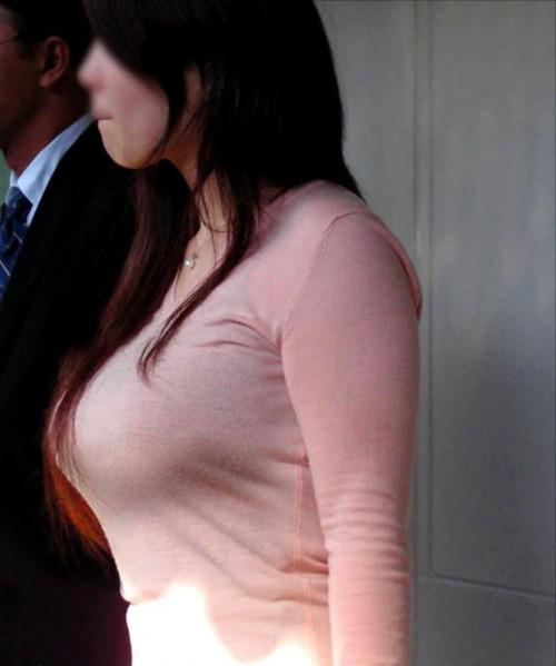 """【着衣巨乳】街で見かけた服の下のどデカイおっぱいを隠しきれてない""""着衣おっぱい""""の盗撮エロ画像・20枚目"""