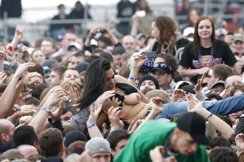 【露出おっぱい】野外ライブやイベントなどで盛り上がりすぎておっぱい出しちゃう陽キャ外人ネキのエロ画像・28枚目