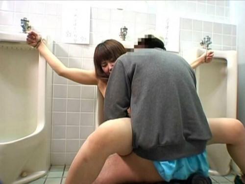 【トイレハメ撮り】金が無いのかそういう性癖なのか、公衆トイレの中でセックスしてる迷惑カップルのエロ画像・19枚目