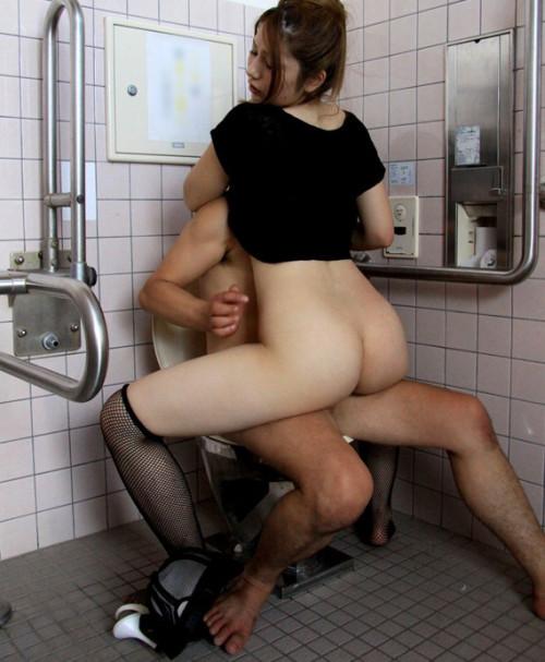 【トイレハメ撮り】金が無いのかそういう性癖なのか、公衆トイレの中でセックスしてる迷惑カップルのエロ画像・20枚目