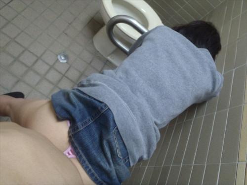 【トイレハメ撮り】金が無いのかそういう性癖なのか、公衆トイレの中でセックスしてる迷惑カップルのエロ画像・22枚目