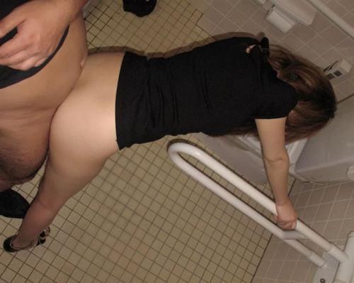 【トイレハメ撮り】金が無いのかそういう性癖なのか、公衆トイレの中でセックスしてる迷惑カップルのエロ画像・31枚目