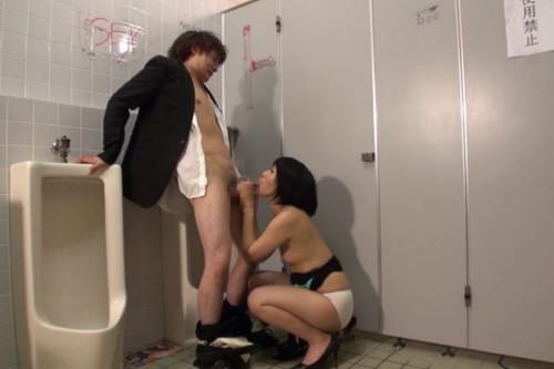 【トイレハメ撮り】金が無いのかそういう性癖なのか、公衆トイレの中でセックスしてる迷惑カップルのエロ画像・32枚目
