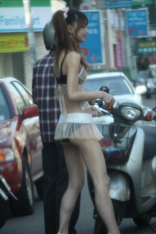 """【ビンロウ売り】台湾でかつて見られたセクシー衣装で噛みタバコを売る""""檳榔西施""""のエロ画像・21枚目"""