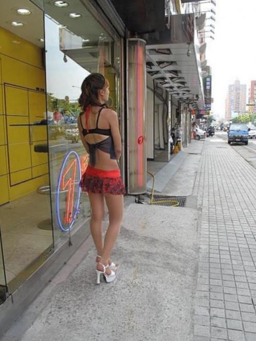 """【ビンロウ売り】台湾でかつて見られたセクシー衣装で噛みタバコを売る""""檳榔西施""""のエロ画像・27枚目"""