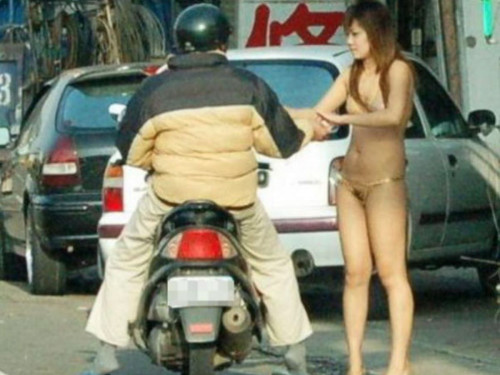 """【ビンロウ売り】台湾でかつて見られたセクシー衣装で噛みタバコを売る""""檳榔西施""""のエロ画像・33枚目"""