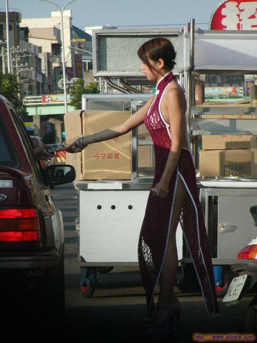 """【ビンロウ売り】台湾でかつて見られたセクシー衣装で噛みタバコを売る""""檳榔西施""""のエロ画像・34枚目"""