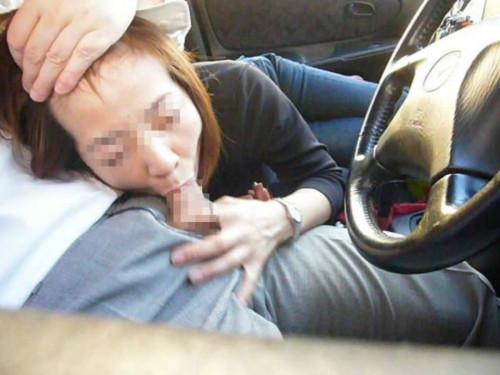 【カーフェラ画像】デート中急にヤリたくなった時こうやって処理してくれる有能彼女のカーフェラエロ画像・17枚目