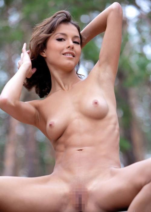 【腹筋エロ】バッキバキに鍛え上げた6パックが美しい外国人美女の腹筋エロ画像・4枚目