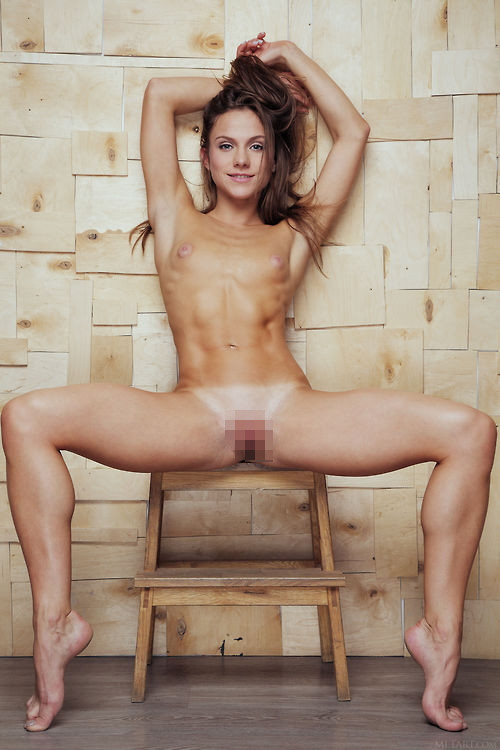 【腹筋エロ】バッキバキに鍛え上げた6パックが美しい外国人美女の腹筋エロ画像・19枚目