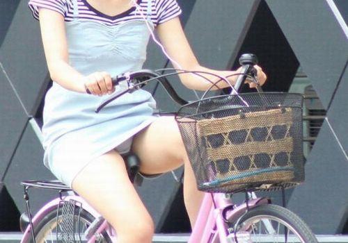 【自転車パンチラ】ミニスカ姿のまま自転車漕ぐまんさん、ガッツリパンチラを盗撮される!!(エロ画像33枚)