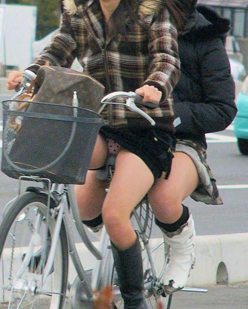 【自転車パンチラ】ミニスカ姿のまま自転車漕ぐまんさん、ガッツリパンチラを盗撮される!!(エロ画像33枚)・2枚目
