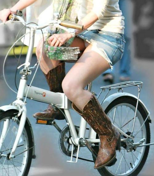 【自転車パンチラ】ミニスカ姿のまま自転車漕ぐまんさん、ガッツリパンチラを盗撮される!!(エロ画像33枚)・3枚目
