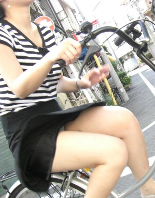 【自転車パンチラ】ミニスカ姿のまま自転車漕ぐまんさん、ガッツリパンチラを盗撮される!!(エロ画像33枚)・7枚目