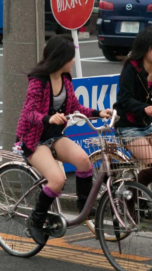 【自転車パンチラ】ミニスカ姿のまま自転車漕ぐまんさん、ガッツリパンチラを盗撮される!!(エロ画像33枚)・8枚目