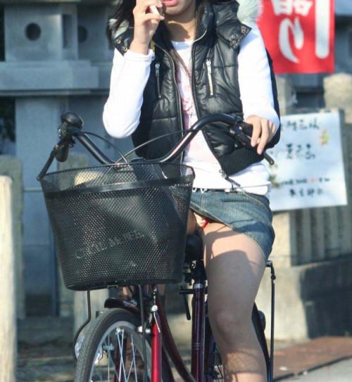 【自転車パンチラ】ミニスカ姿のまま自転車漕ぐまんさん、ガッツリパンチラを盗撮される!!(エロ画像33枚)・9枚目