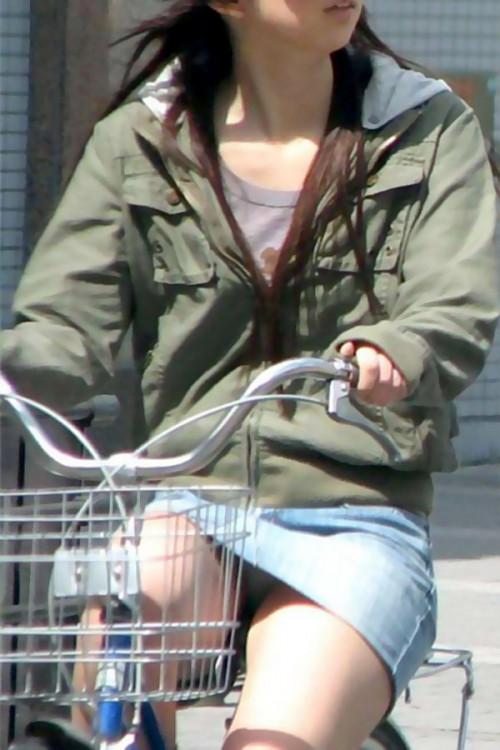 【自転車パンチラ】ミニスカ姿のまま自転車漕ぐまんさん、ガッツリパンチラを盗撮される!!(エロ画像33枚)・10枚目