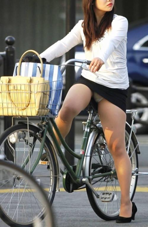 【自転車パンチラ】ミニスカ姿のまま自転車漕ぐまんさん、ガッツリパンチラを盗撮される!!(エロ画像33枚)・14枚目
