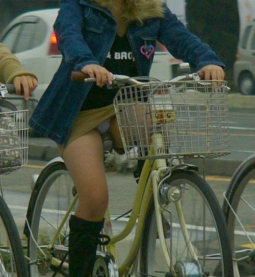 【自転車パンチラ】ミニスカ姿のまま自転車漕ぐまんさん、ガッツリパンチラを盗撮される!!(エロ画像33枚)・16枚目