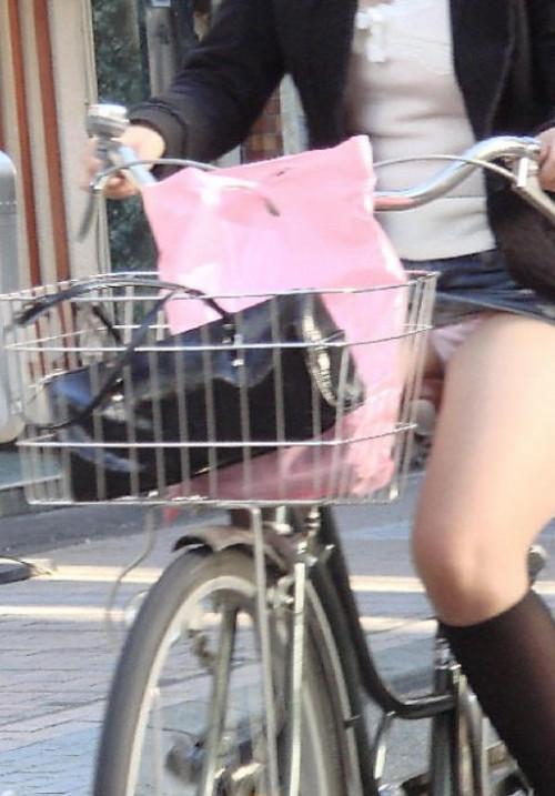 【自転車パンチラ】ミニスカ姿のまま自転車漕ぐまんさん、ガッツリパンチラを盗撮される!!(エロ画像33枚)・18枚目