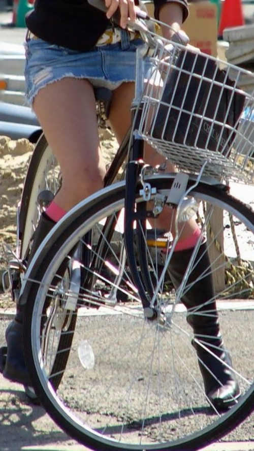 【自転車パンチラ】ミニスカ姿のまま自転車漕ぐまんさん、ガッツリパンチラを盗撮される!!(エロ画像33枚)・21枚目