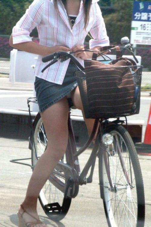 【自転車パンチラ】ミニスカ姿のまま自転車漕ぐまんさん、ガッツリパンチラを盗撮される!!(エロ画像33枚)・22枚目