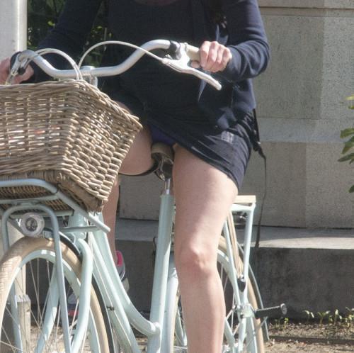 【自転車パンチラ】ミニスカ姿のまま自転車漕ぐまんさん、ガッツリパンチラを盗撮される!!(エロ画像33枚)・24枚目