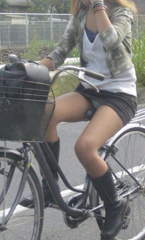 【自転車パンチラ】ミニスカ姿のまま自転車漕ぐまんさん、ガッツリパンチラを盗撮される!!(エロ画像33枚)・26枚目
