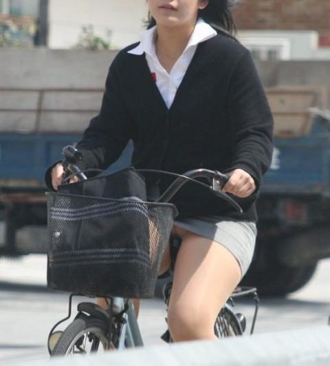 【自転車パンチラ】ミニスカ姿のまま自転車漕ぐまんさん、ガッツリパンチラを盗撮される!!(エロ画像33枚)・27枚目