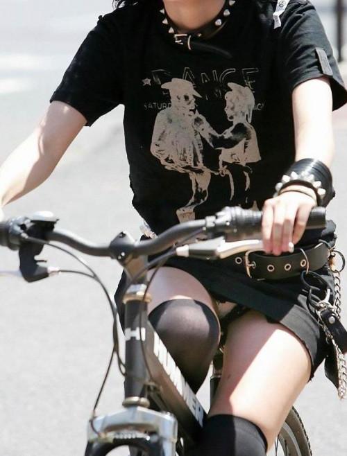 【自転車パンチラ】ミニスカ姿のまま自転車漕ぐまんさん、ガッツリパンチラを盗撮される!!(エロ画像33枚)・28枚目